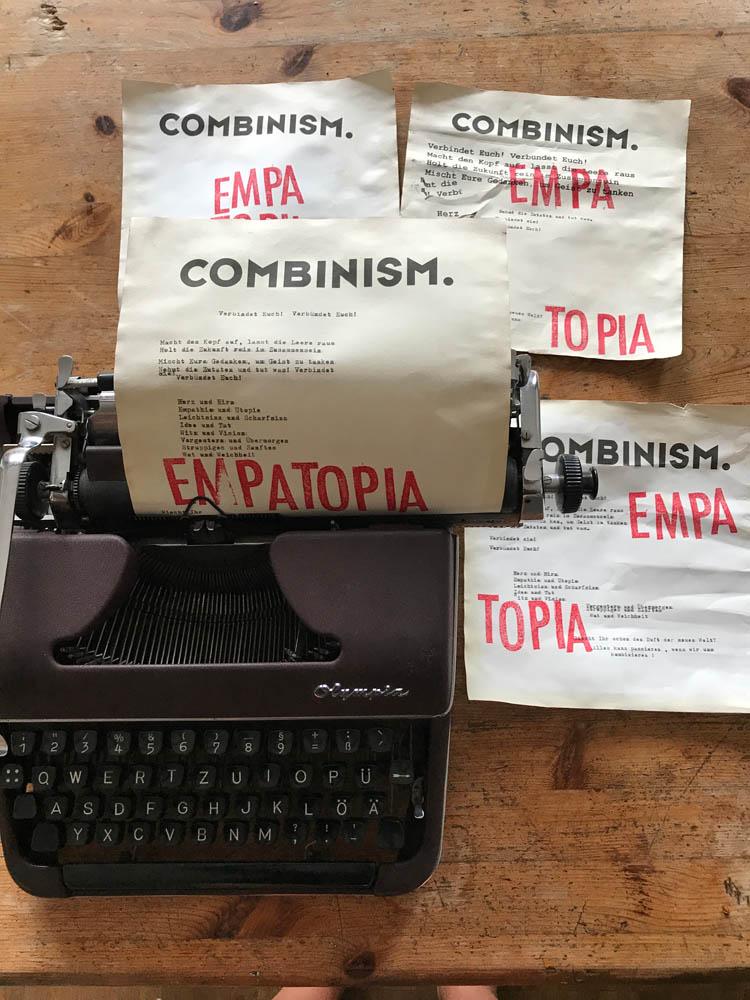 Schreibmaschine mit dem Manifest von Combinism