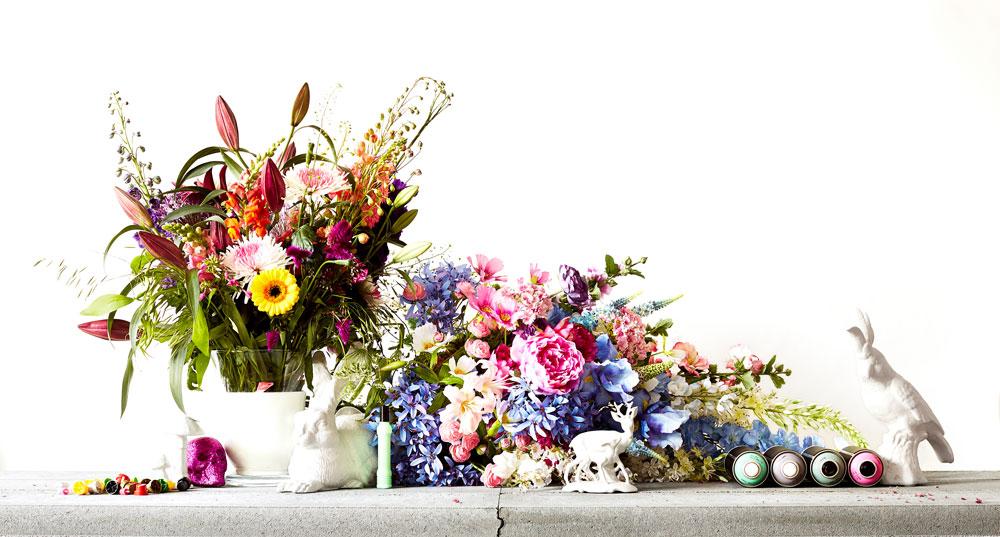 Moodfoto von Jan van Endert mit Blumen und Farbdosen