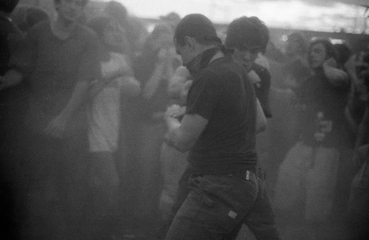 Dreckig Bleiben Junge Menschen tanzen